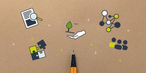 En penna liggandes mot ett naturpapper fotograferat uppifrån. Olika illustrationer runt om så som pusselbitar, dokument, natur, nätverkan.